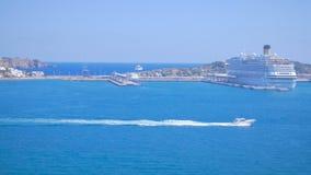 La barca che galleggia nel porto di Ibiza Visualizzazione dalla vecchia città Dalt Vila alla porta a Ibiza, Spagna Navi da crocie stock footage
