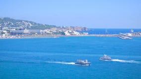 La barca che galleggia nel porto vicino al porto di Ibiza Visualizzazione dalla vecchia città Dalt Vila alla porta a Ibiza, Spagn stock footage