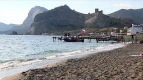 La barca con la bandiera della Crimea russa video d archivio