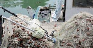 la barca del pescatore con molte reti da pesca ha attraccato nel piccolo porticciolo immagine stock