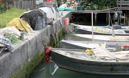 la barca del pescatore con molte reti da pesca ha attraccato nel piccolo porticciolo fotografie stock libere da diritti