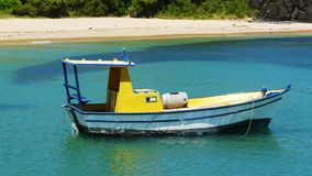 La barca del pescatore in spiaggia del porto di Fernando Noronha, Brasile Immagini Stock