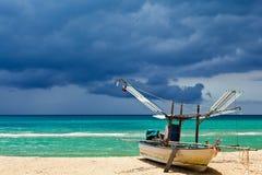 La barca del pescatore sulla spiaggia fotografia stock libera da diritti