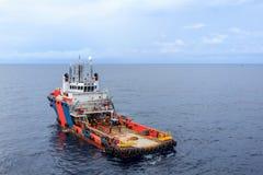 La barca del rifornimento per petrolio marino e gas si avvicina a alla piattaforma immagine stock libera da diritti
