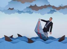 La barca della carta e dell'uomo d'affari sta affondando nel mare di carta Immagine Stock