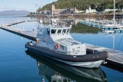 La barca della forza del confine attraccata in Oban Immagine Stock