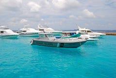La barca della guardia costiera delle Maldive si è ancorata fuori dalle Maldive maschii Fotografie Stock Libere da Diritti