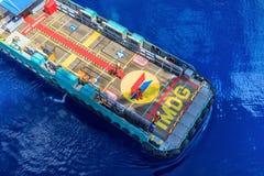 La barca della squadra del gas e del petrolio marino si avvicina a alla piattaforma per il tran fotografia stock libera da diritti