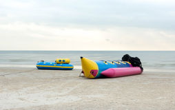 La barca di banana mette su una spiaggia Fotografie Stock Libere da Diritti