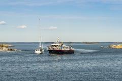 La barca di giro arriva arcipelago di Huvudskär Stoccolma immagine stock libera da diritti