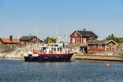 La barca di giro arriva arcipelago di Huvudskär Stoccolma fotografia stock libera da diritti