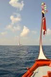 La barca di legno tradizionale si dirige fuori nel mare caraibico blu profondo; y Fotografia Stock Libera da Diritti