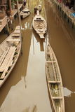 La barca di legno tradizionale tailandese sul canale ha rappresentato lo stile di vita tradizionale Fotografie Stock Libere da Diritti