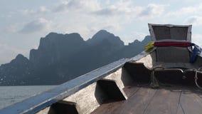 La barca di Longtail naviga lungo il lago fra le belle montagne Lan di Cheow Sosta nazionale di Khao Sok thailand video d archivio
