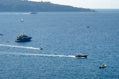 La barca di lusso, il yaht che galleggiano sull'acqua, il mare blu ed il cielo con copyspace, trasporto si rilassano e concetto d immagine stock