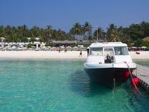La barca e la spiaggia di sabbia bianca a Raja Island L'isola vicino fotografie stock libere da diritti