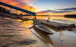 la barca ed il fiume immagini stock libere da diritti