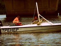 La barca galleggia nel fiume di Dnieper Immagine Stock Libera da Diritti
