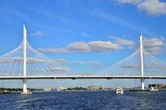 La barca galleggia sul ponte strallato di Neva sotto il Wester Immagini Stock