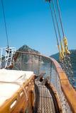 La barca galleggia vicino alla riva Fotografia Stock Libera da Diritti
