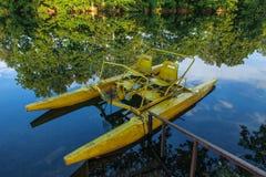 La barca gialla del pedale abbandonata Fotografie Stock Libere da Diritti