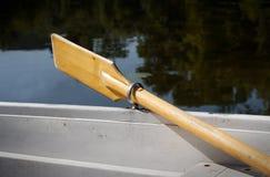 La barca ha parcheggiato sulla riva di un lago con i remi su Fotografia Stock Libera da Diritti