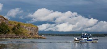 La barca lascia la fortezza del mare di Suomenlina, Helsinki, Finlandia Immagine Stock Libera da Diritti
