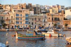 La barca maltese Luzzu ha attraccato in The Creek con la città di Kalkara su Th immagini stock libere da diritti