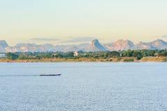 La barca nel Mekong Nakhonphanom Tailandia al laotiano Fotografia Stock