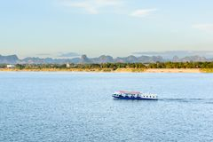 La barca nel Mekong Nakhonphanom Tailandia al laotiano immagine stock