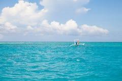 La barca nuota nel mare Fotografia Stock Libera da Diritti