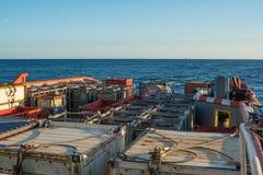 La barca offshore del rifornimento consegna il carico alla piattaforma dell'impianto offshore Fotografie Stock Libere da Diritti