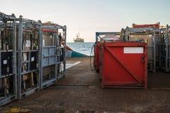 La barca offshore del rifornimento consegna il carico alla piattaforma dell'impianto offshore Fotografia Stock