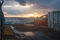 La barca offshore del rifornimento consegna il carico alla piattaforma dell'impianto offshore Immagine Stock