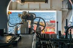 La barca offshore del rifornimento consegna il carico alla piattaforma dell'impianto offshore Fotografia Stock Libera da Diritti