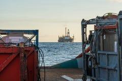 La barca offshore del rifornimento consegna il carico alla piattaforma dell'impianto offshore Fotografie Stock