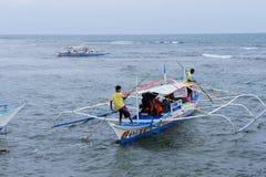 La barca parte nel giro al fiume sotterraneo in Palawan le Filippine Immagine Stock Libera da Diritti