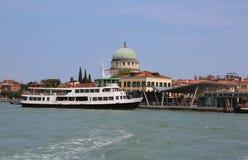 La barca per trasportare i passeggeri ha chiamato VAPORETTO in italiano Languag fotografia stock libera da diritti