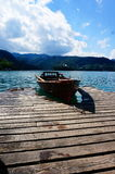 La barca si siede al bacino fotografie stock