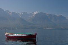 La barca sola si siede nel lago Lemano Fotografie Stock Libere da Diritti