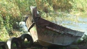 La barca sta oscillando sull'acqua stock footage