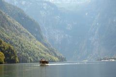 La barca sul koenigssee vicino berchdesgaden la Baviera Fotografia Stock