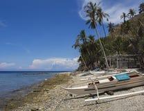 La barca sulla spiaggia, isola di Apo, Filippine Catamarano bianco sulla sabbia bianca dal mare Fotografie Stock Libere da Diritti