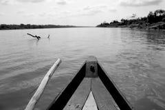 La barca supera il fiume dell'Amazonas Fotografie Stock