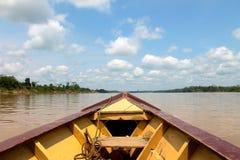 La barca supera il fiume dell'Amazonas Fotografia Stock