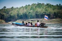 La barca tailandese con i passeggeri nel lago immagini stock