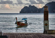 La barca tailandese tradizionale nuota al pilastro fotografia stock