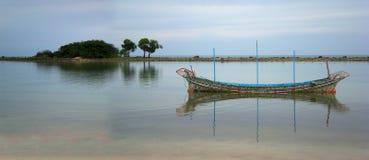 La barca tradizionale è nella baia thailand Immagine Stock Libera da Diritti