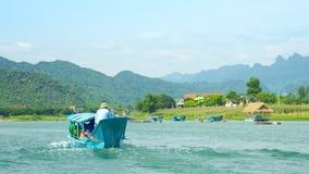 La barca turistica di legno galleggia sul fiume con le banche pittoriche stock footage