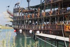 La barca turistica ha ancorato sulle rive del fiume di Manavgat Fotografia Stock